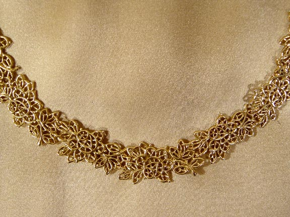 MARTHA WASHINGTON'S WILD ROSE WEDDING LACE NECKLACE DETAIL